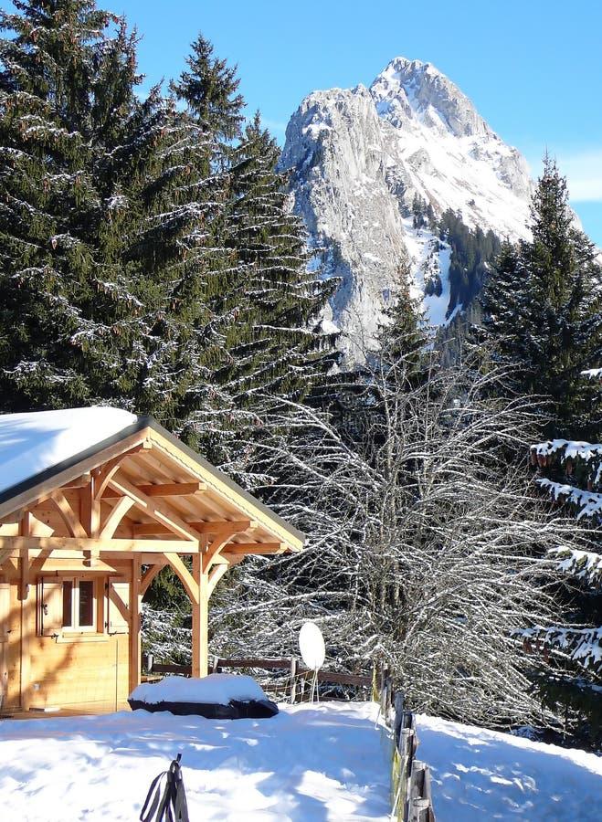 Chalet francés con las montañas en el fondo imágenes de archivo libres de regalías