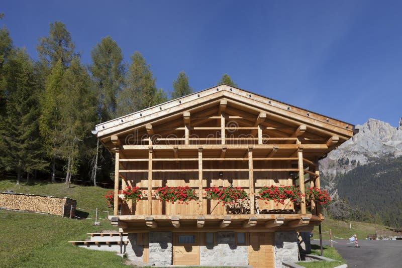 Chalet hermoso del valle y de madera de la montaña en las dolomías imagen de archivo libre de regalías