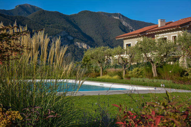 Chalet italiano con la piscina, visión desde el jardín fotografía de archivo libre de regalías