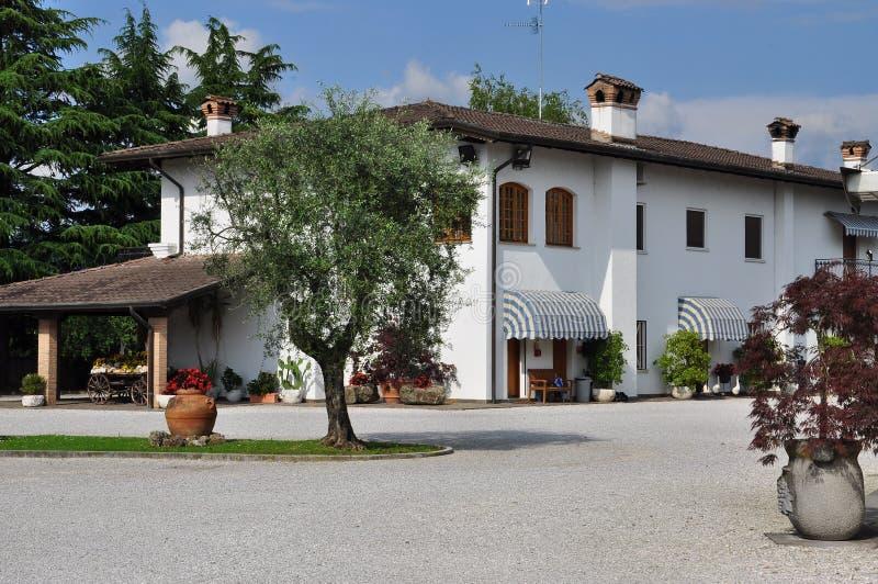 Chalet italiano en la región de Friuli, Italia foto de archivo