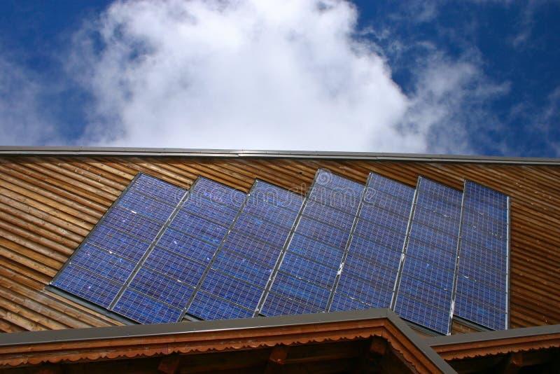 Chalet met Horizontale zonnepanelen - royalty-vrije stock foto
