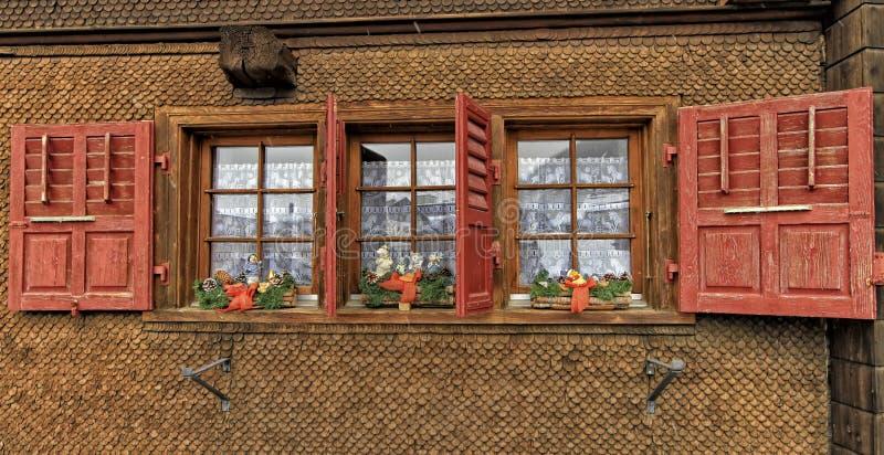Chalet mit den Fensterläden rot lizenzfreie stockfotos