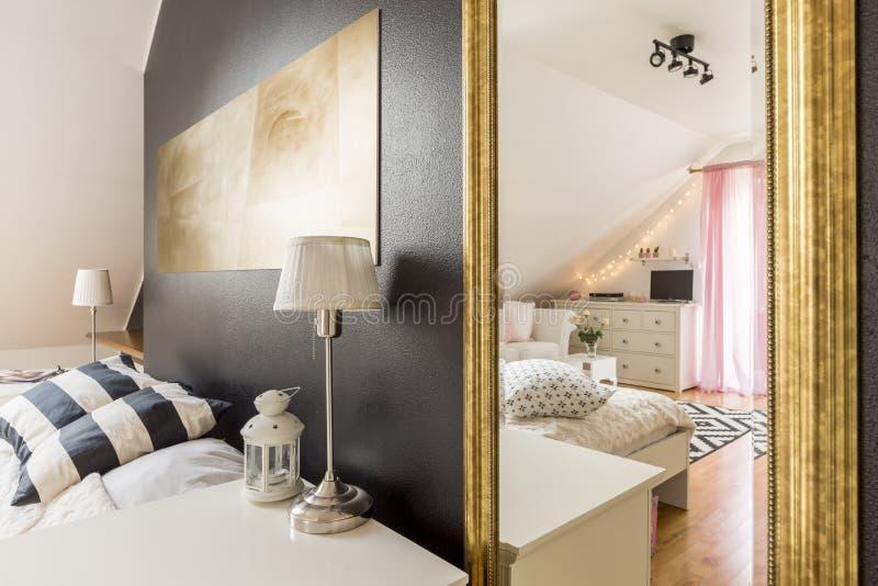 Chalet moderno con dos dormitorios espaciosos imagenes de archivo