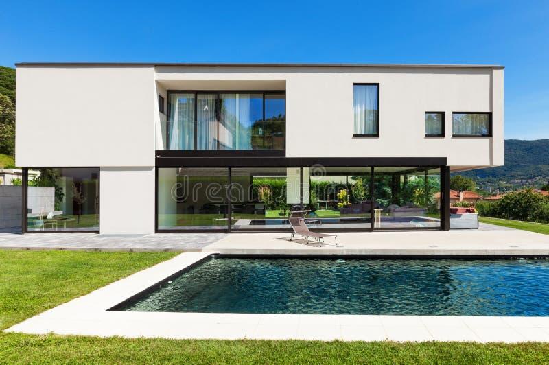 Chalet moderno con la piscina imagen de archivo