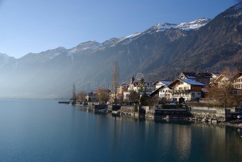 Chalet svizzeri della riva del lago fotografia stock libera da diritti