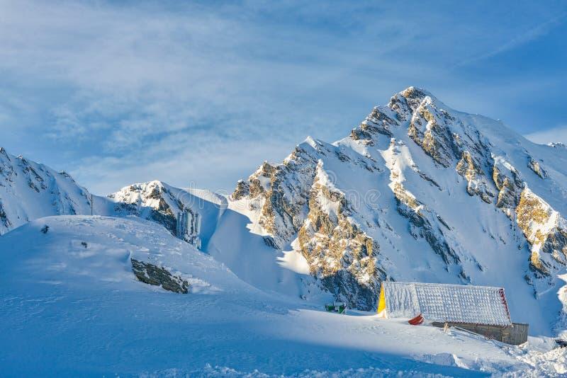 Chalet tijdens de winter bij Balea-Meer in de Fagaras-bergen, Roemenië stock foto's