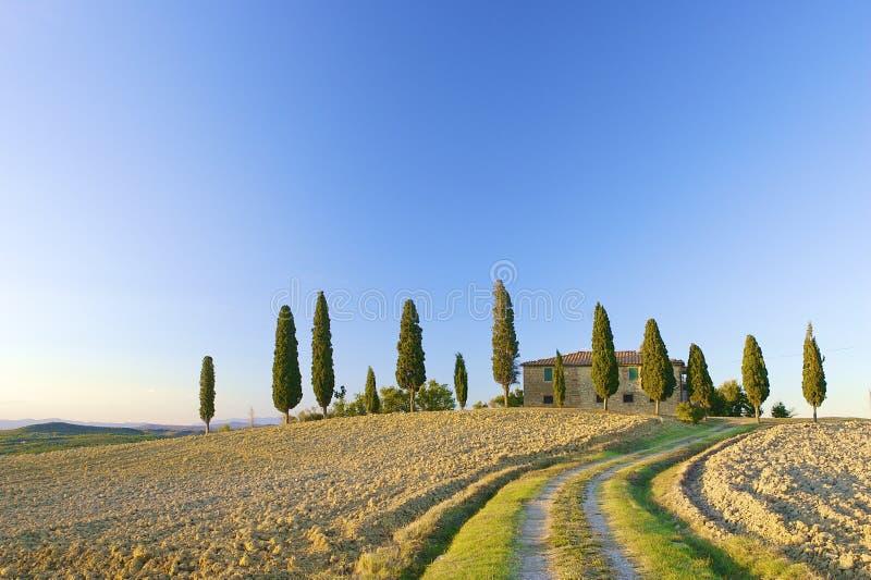 Chalet toscano en una colina en Italia imagen de archivo libre de regalías
