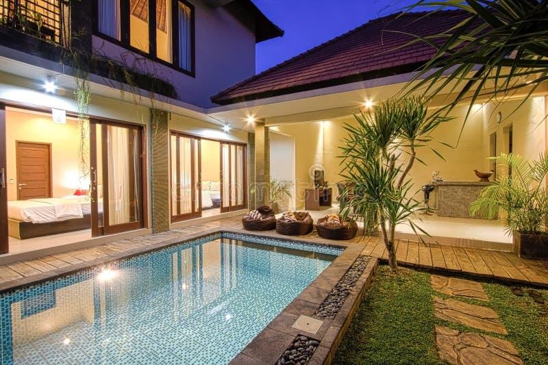 Chalet tropical con una piscina fotos de archivo libres de regalías