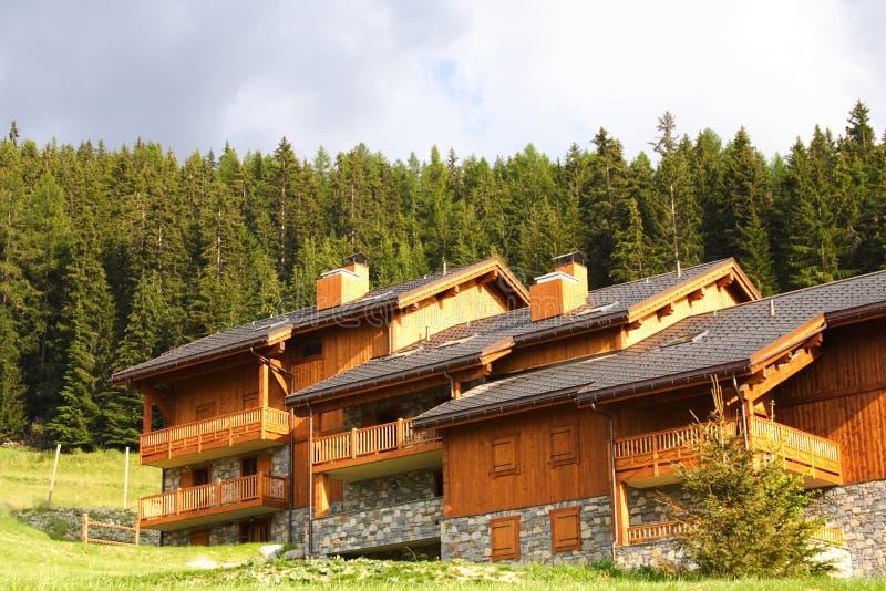 Chalet und Skiort lizenzfreie stockfotografie