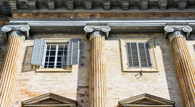 Chalet viejo italiano con las columnas griegas detalladas de un estilo fotografía de archivo