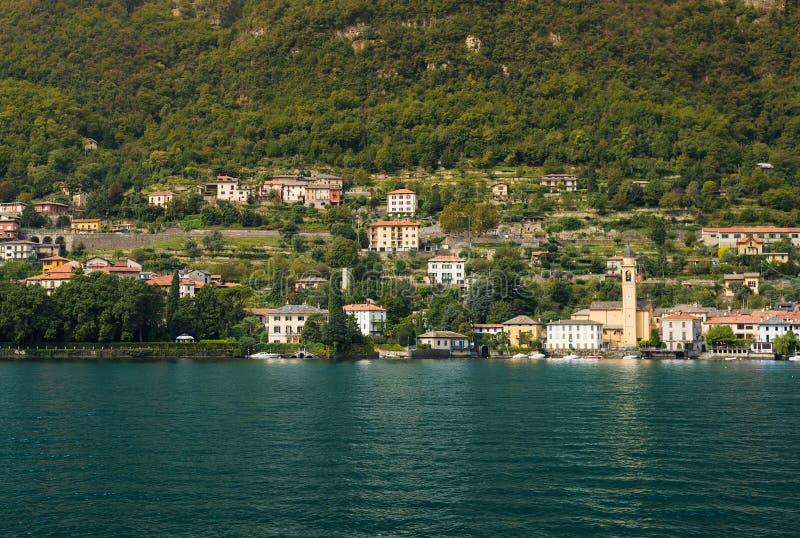 Chalet y casas agradables en Laglio a lo largo de la orilla del lago Como foto de archivo libre de regalías