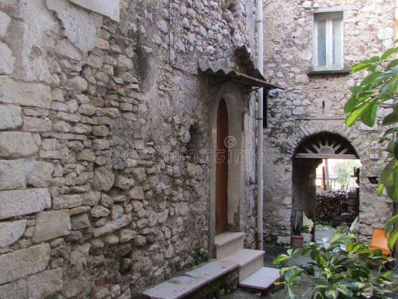 Chalet y patio italianos fotos de archivo libres de regalías