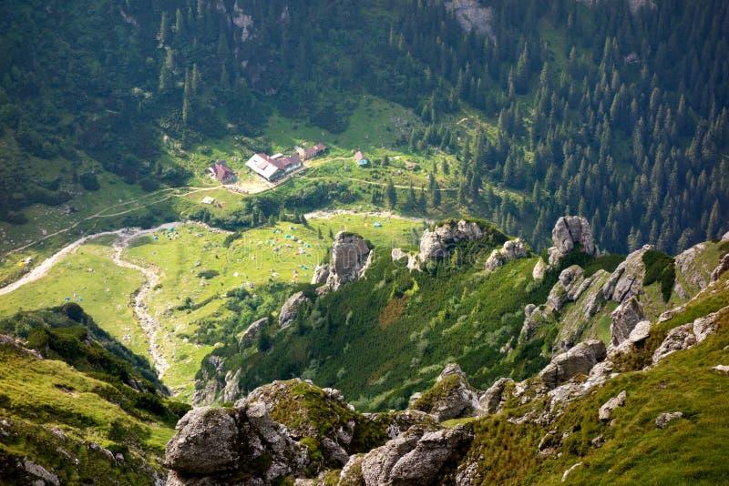 Chalet y tiendas de la montaña vistos desde arriba imagen de archivo