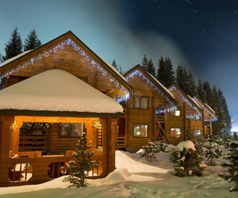 Chalets лыжи на ноче стоковое изображение rf