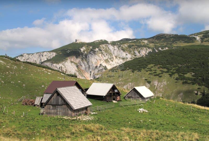 Chalets auf der Methode von Heukuppe zur Habsburk Hütte lizenzfreie stockbilder