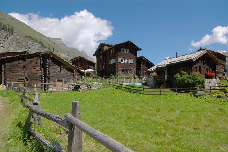 Chalets i schweiziska berg arkivbilder