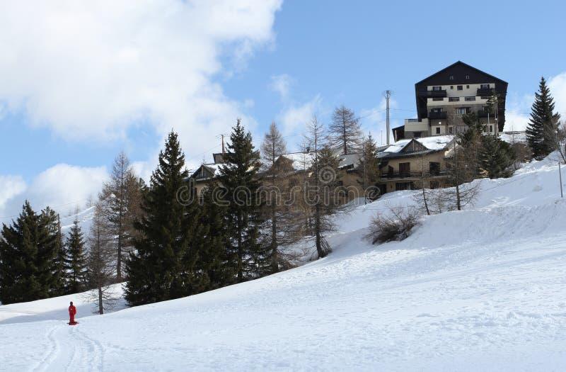 Chalets i snowen royaltyfri foto
