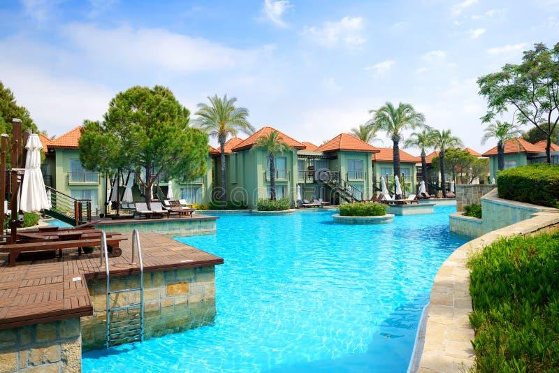 Chalets modernos con la piscina en el hotel de lujo foto for Modelos de piscinas modernas