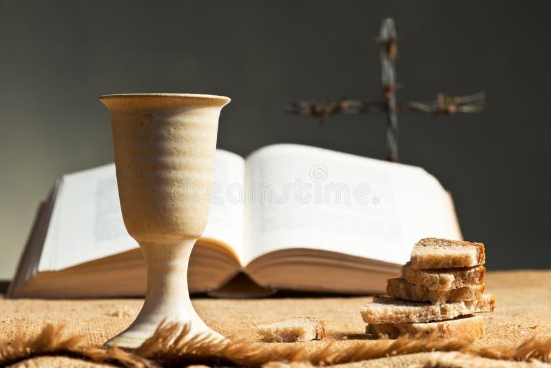 Chalice wino z chlebem i biblią obrazy stock