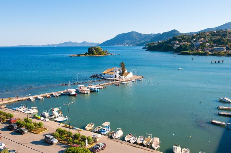 Chalikiopoulou lagun som sett från bergstoppet av Kanoni på ön av Korfu, Grekland arkivbilder