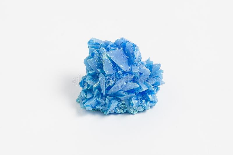 Chalkantyt kruszec na białym tle, także znać gdy miedziany sulphate jest bogato barwionym błękitnego, zieleni soluble sulfate kop obrazy stock