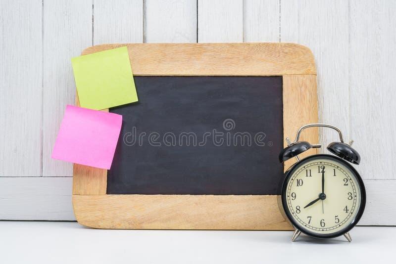 Chalkboard, budzik, pusta kleista notatka, poczta notatka i poczta, obrazy royalty free
