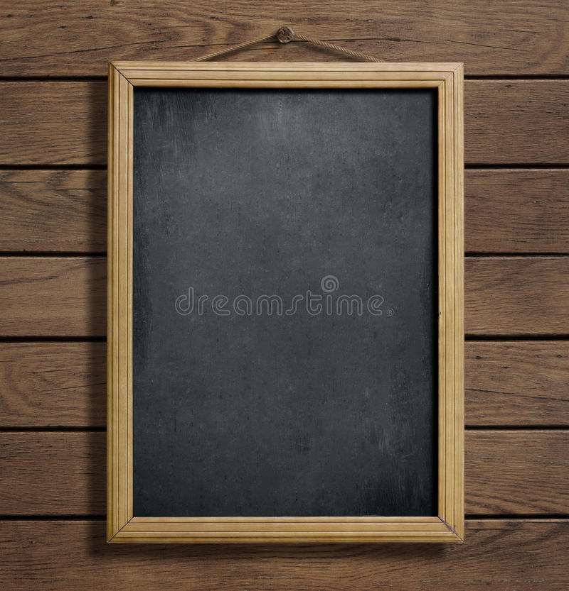 Chalkboard lub blackboard obwieszenie na drewnianej ścianie fotografia stock