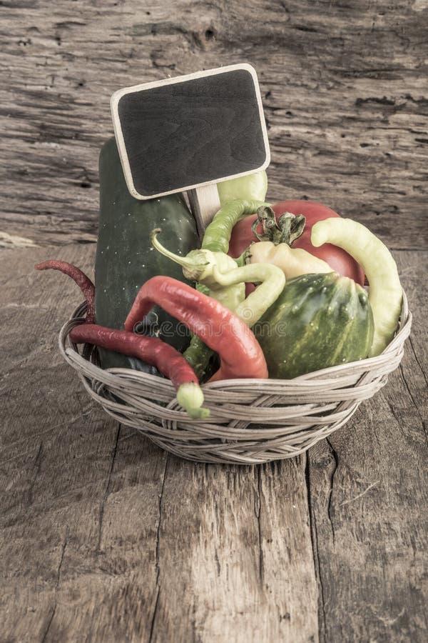 Chalkboard na świeżych warzywach w koszu zdjęcie royalty free