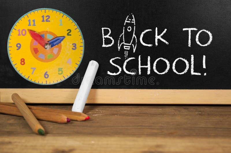 Chalkboard na biurku z z powrotem szkoła obrazy stock