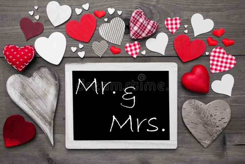 Chalkbord com muitos corações vermelhos, Sr. And Mrs fotos de stock