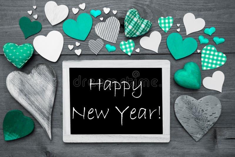 Chalkbord preto e branco, muitos corações verdes, ano novo feliz imagem de stock