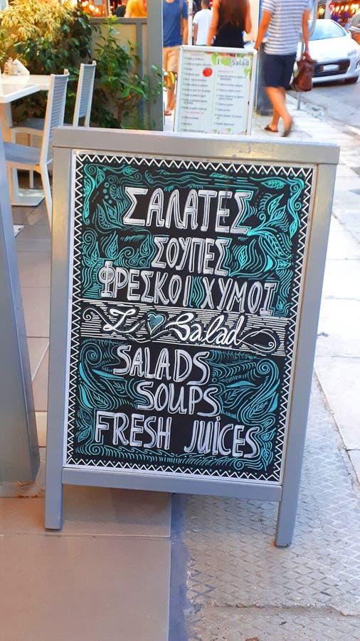 Chalked meny av en restaurang nära hamnen i staden av Rhodes royaltyfria foton