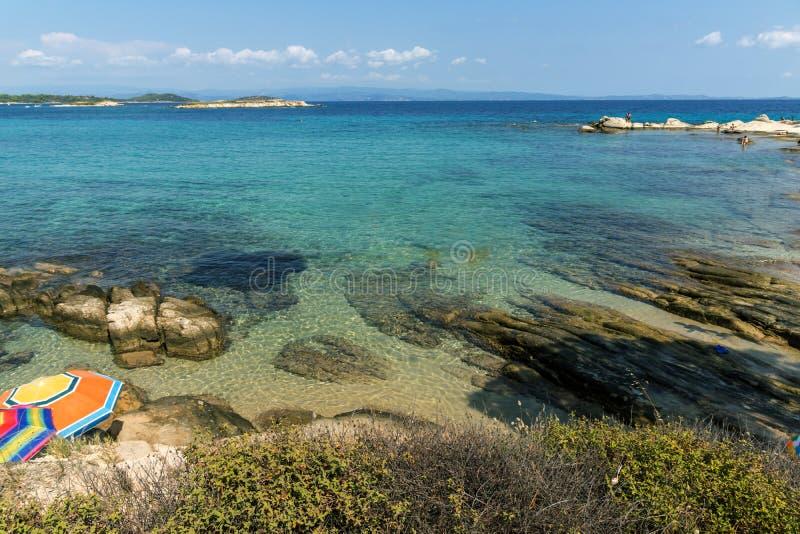 CHALKIDIKI, ŚRODKOWY MACEDONIA GRECJA, SIERPIEŃ, - 26, 2014: Seascape Karidi plaża Vourvourou przy Sithonia półwysepem, Chalkidik zdjęcie stock