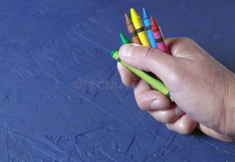 Chalks i målaren Hand arkivfoton