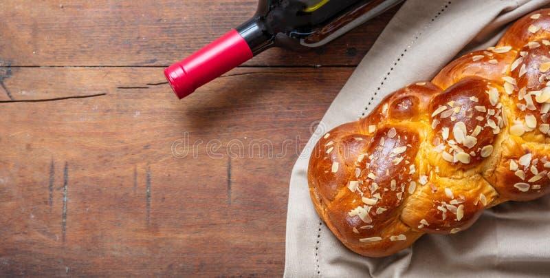 Challah chleb z butelką czerwone wino na drewnianym stole, kopii przestrzeń zdjęcie stock
