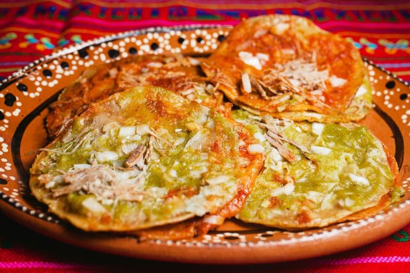 Chalupas poblanas épicés de rue de Puebla, Mexico de nourriture mexicaine photographie stock libre de droits