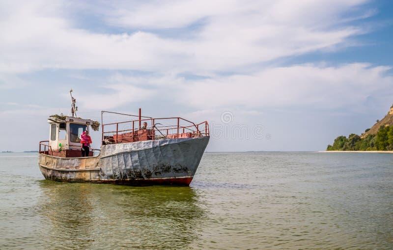 Chalutier de mer Pêche de début de la matinée en été photo stock