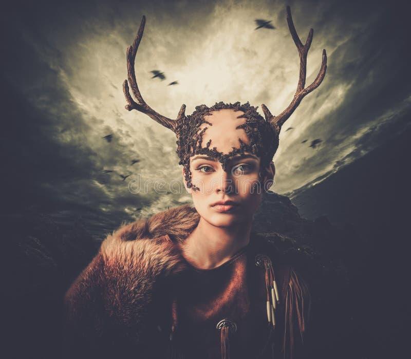 Chamán de la mujer en la ropa ritual fotografía de archivo libre de regalías