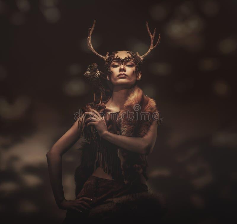 Chamán de la mujer en la ropa ritual fotografía de archivo