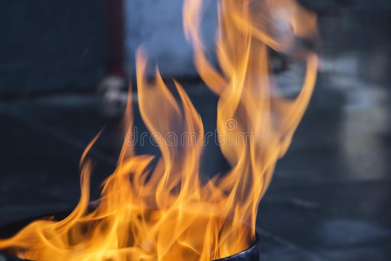 A chama de escapes da tubulação, conceito do gás da proteção ambiental foto de stock