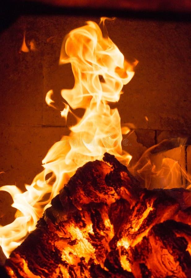Chama do fogo da chama no fogão, alaranjado e preto foto de stock