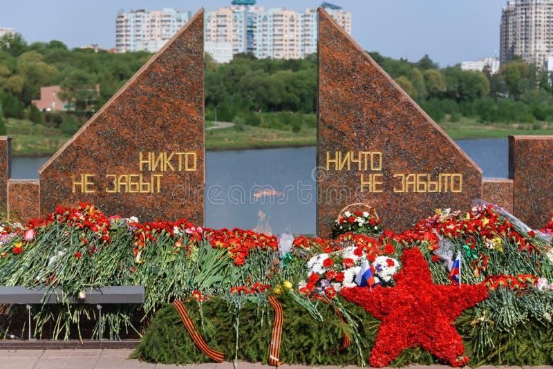 Chama eterna e flores em memória dos soldados russos mortos da Guerra Mundial imagens de stock royalty free