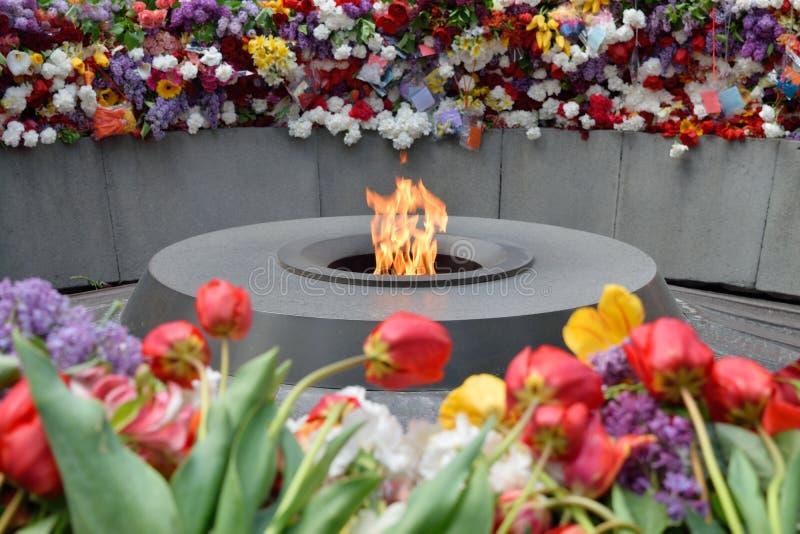 A chama eterno em Tsitsernakaberd, Yerevan, Armênia fotos de stock royalty free