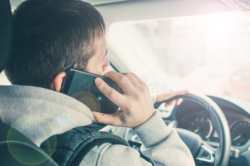 Chamada conduzindo Motorista arriscado que usa o telefone ao conduzir imagens de stock