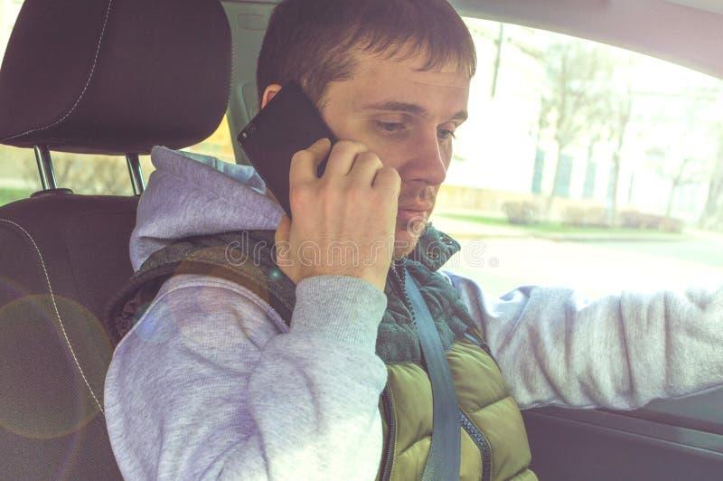 Chamada conduzindo Motorista arriscado que usa o telefone ao conduzir fotografia de stock royalty free