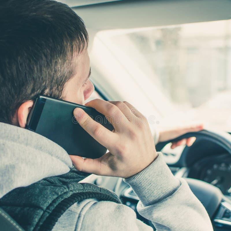 Chamada conduzindo Motorista arriscado que usa o telefone ao conduzir quadrado imagem de stock