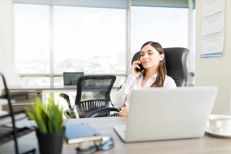 Chamada fria de Increasing Business With do mediador imobiliário fêmea fotos de stock