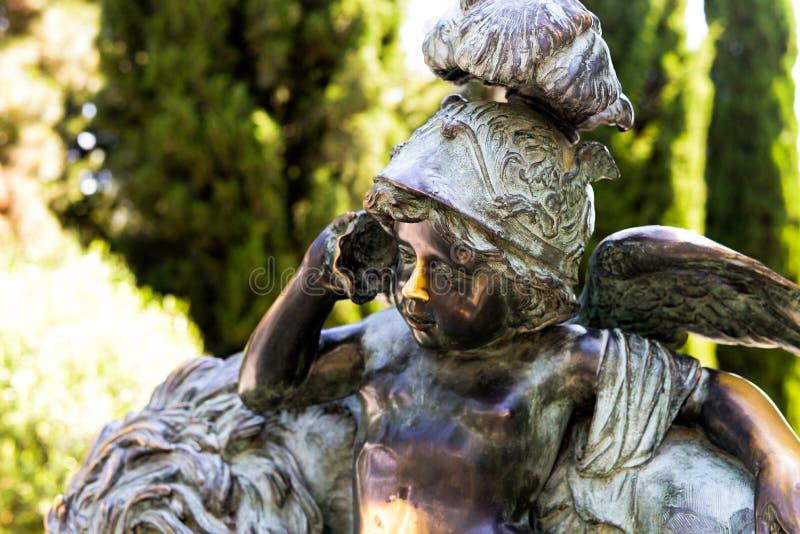 Chamadas de bronze do anjo sobre o escudo imagens de stock