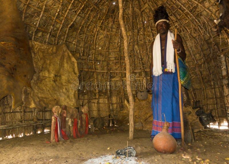 Chaman du Kenya Giriama à la hutte des ancêtres photographie stock libre de droits