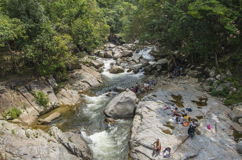 Chamang vattenfall, Bentong, Malaysia - Juli 18, 2015: Turister som tycker om saligheten av den Chamang vattenfallet i Pahang und royaltyfria foton